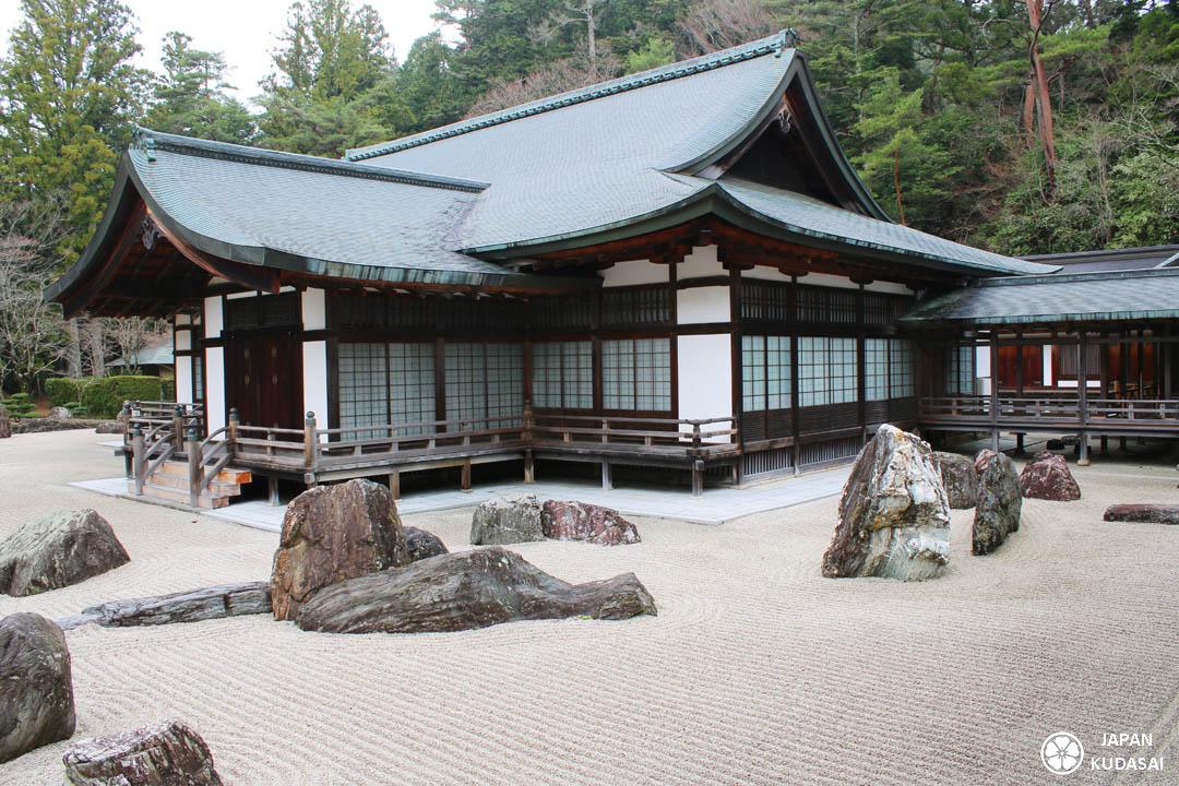 Le blog de voyage Japan kudasai vous emmène au sanctuaire sacré de Koyasan, admirer le temple bouddhiste zen Kongobuji sur l'esplanade Danjo Garan. Il ne faut pas louper la pagode de Koyasan repeinte vermillon par les moines.